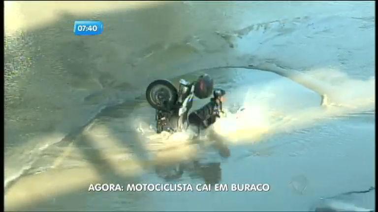 Flagra: motociclista e garupa caem em cratera durante alagamento ...
