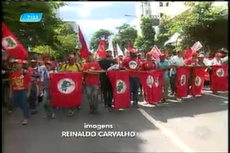 Manifestantes fazem passeata no Dia do Trabalhador - Minas ...