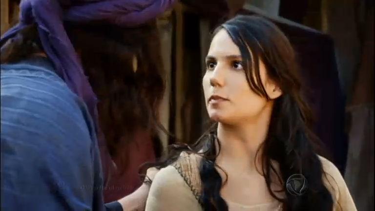 Na fuga, Adira é pega pelo mercador que a vendeu como escrava ...