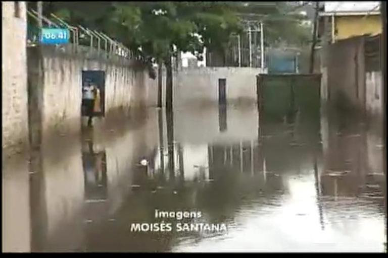 Chuva alaga rua no IAPI