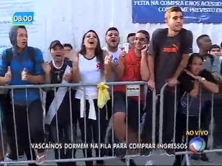 Torcedores do Vasco dormem em fila para comprar ingressos da final