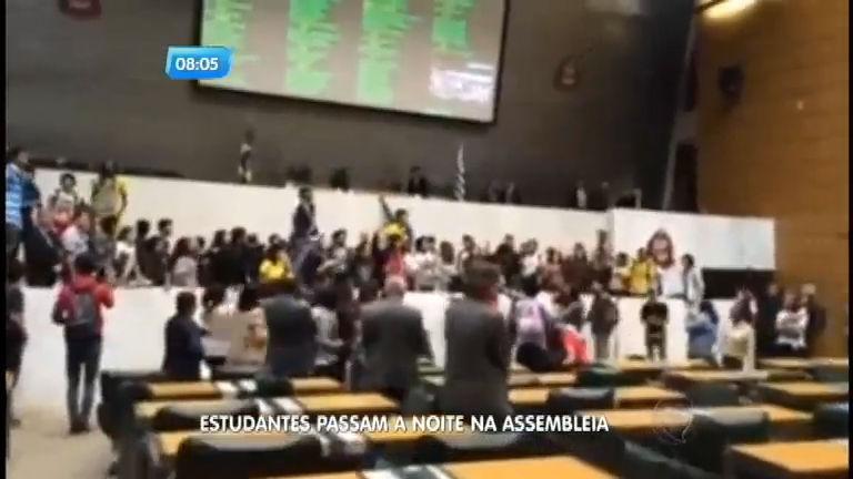 Estudantes permanecem no plenário da Assembleia Legislativa de São Paulo