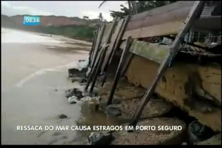 Ressaca do mar causa estragos em Porto Seguro