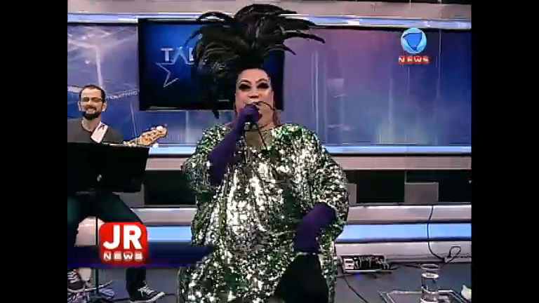 Maria Alcina canta no encerramento musical do Jornal da Record News