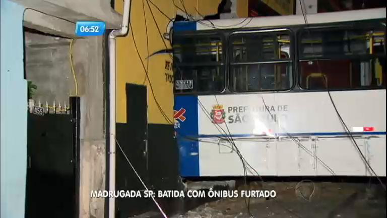 Homem bêbado dirige ônibus furtado e invade oficina em São Paulo