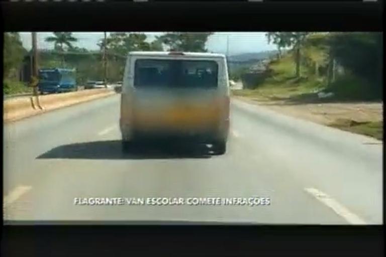 Motorista de van comente várias infrações e ignora segurança de crianças