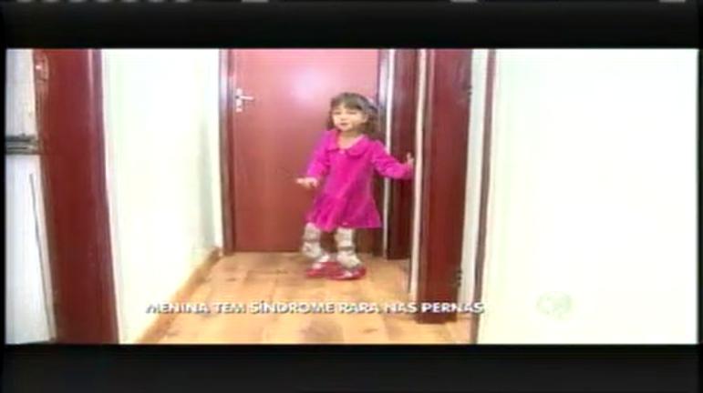 Menina de 5 anos precisa de ajuda para tratar doença nos ossos