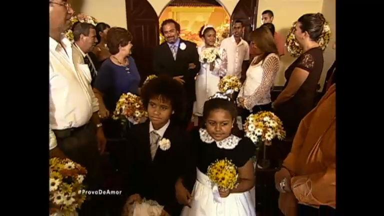 Lúcia entra na igreja acompanhada de Padilha