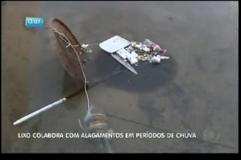 Lixo colabora com alagamento em períodos de chuva
