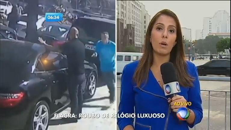 Bandido rouba relógio de luxo durante assalto a loja de carros importados no RJ