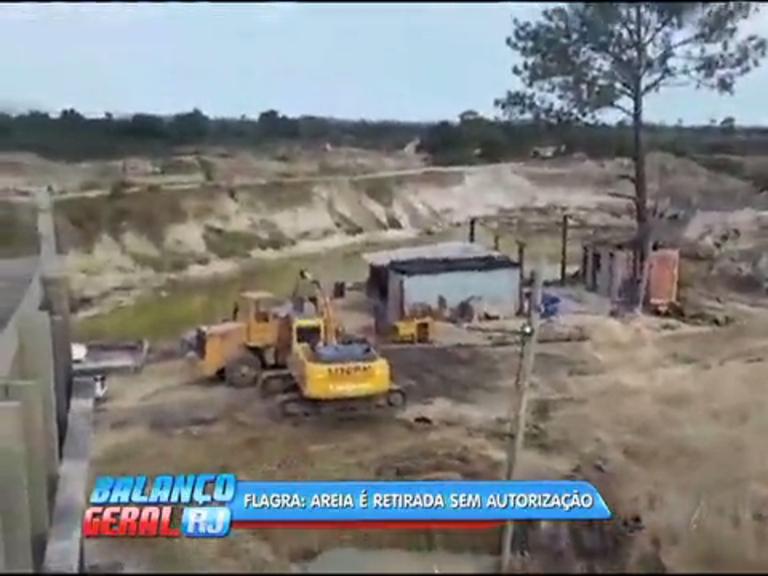 Funcionários de empresa clandestina para retirar areia são presos em Seropédica