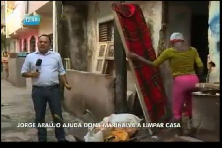 Jorge Araújo ajuda dona Marinalva a limpar a casa