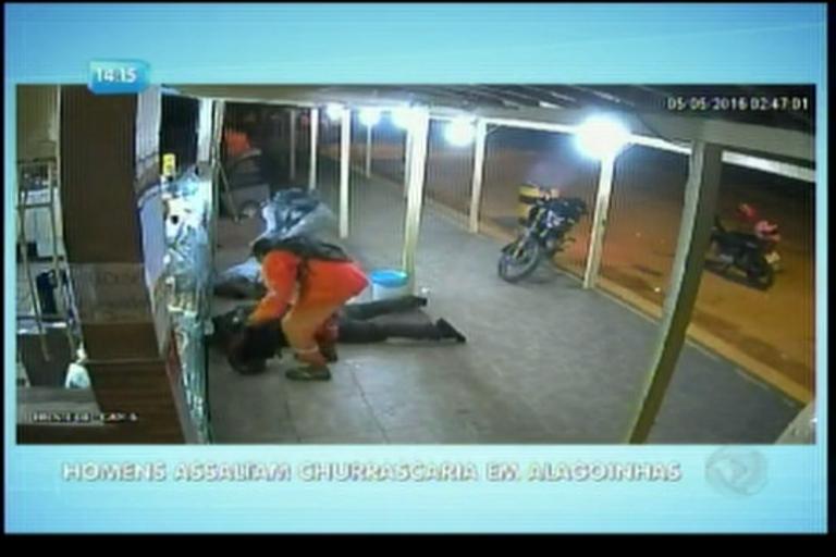 Homens assaltam churrascaria em Alagoinhas