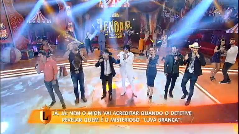Sertanejos cantam sucesso Viola Está Chorando no palco legendário