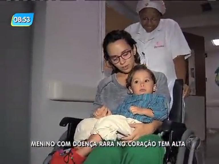 Criança de dois anos recebe alta após passar por três cirurgias no ...