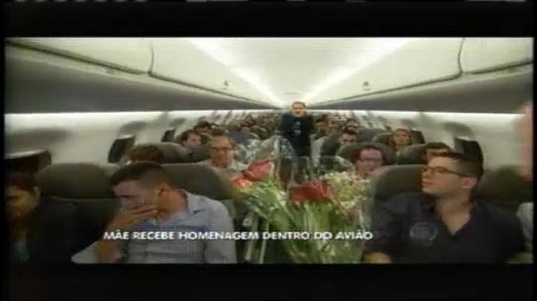Dia das Mães: Aeromoça recebe homenagem das filhas durante voo