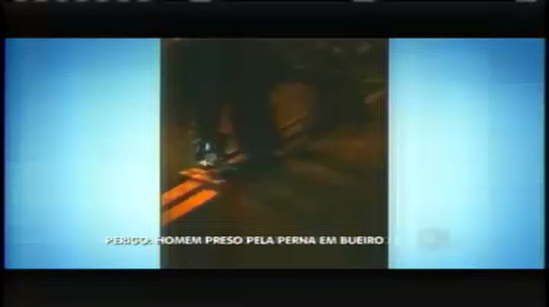 Bombeiros resgatam jovem com perna presa em bueiro