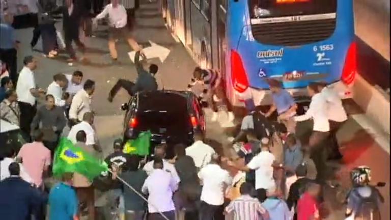 Taxistas bloqueiam ruas da região central de SP após liberação do ...