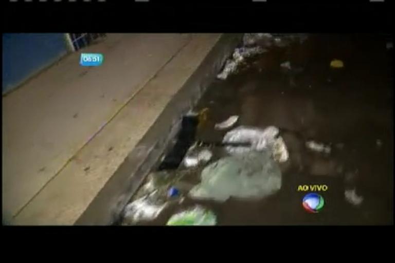 Lixo provoca alagamentos nas ruas - Bahia - R7 Balanço Geral BA