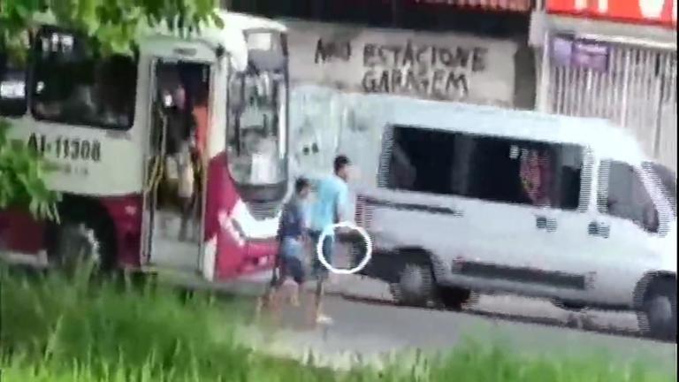 Flagrante: homens assaltam ônibus na periferia de Belém ( PA ...