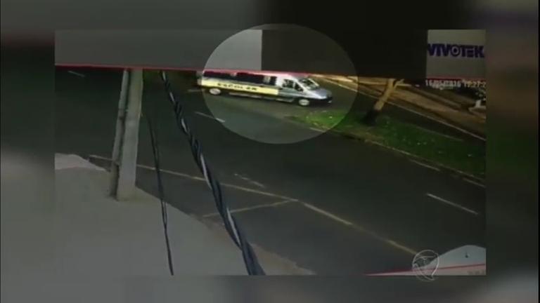 Imprudência: criança cai de van escolar no meio da rua no Paraná ...