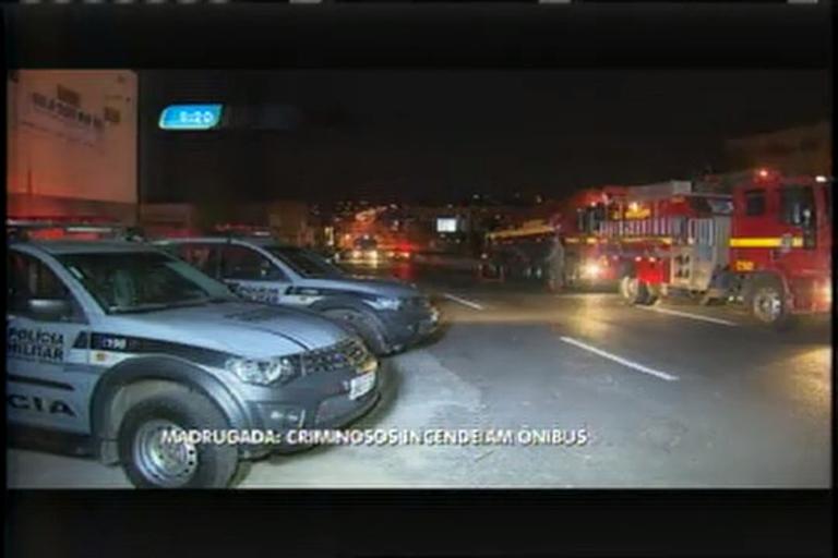 Criminosos ateiam fogo em ônibus no bairro Goiânia, em BH
