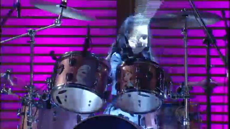 Menina de seis anos dá show tocando bateria no palco do Xuxa ...