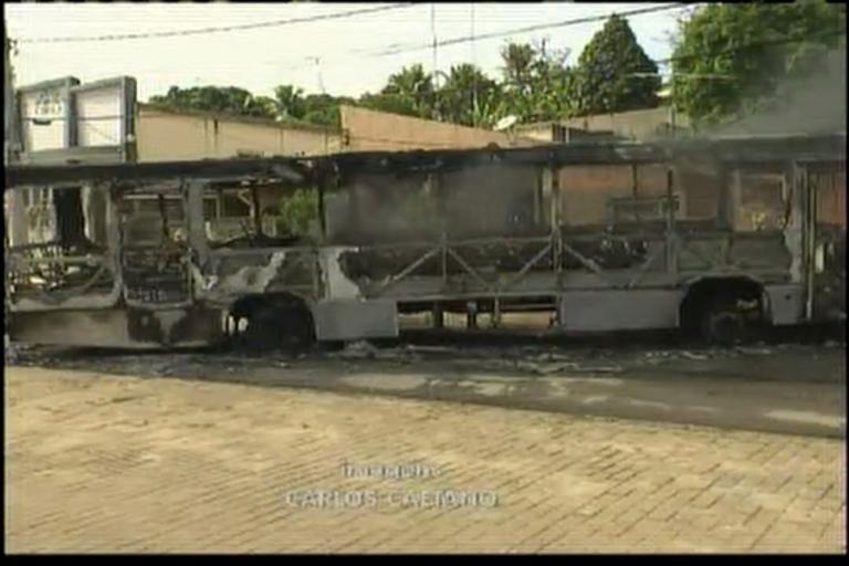 Ônibus são incendiados após morte de irmãos em Simões Filho