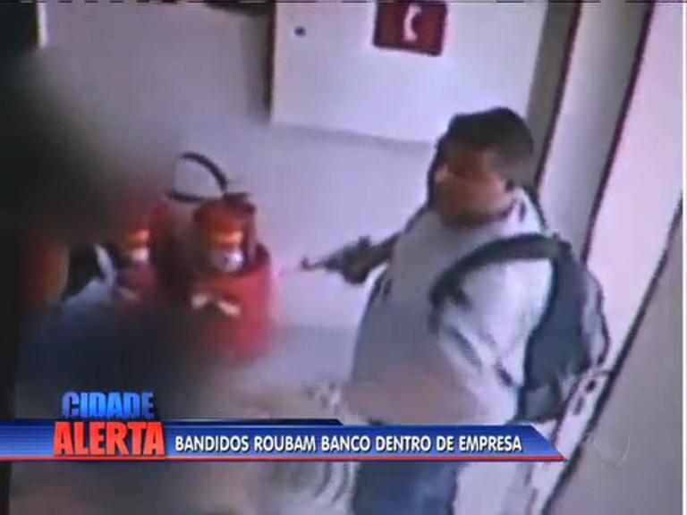 Assaltantes dão prejuízo de R$ 170 mil a banco em São João de ...