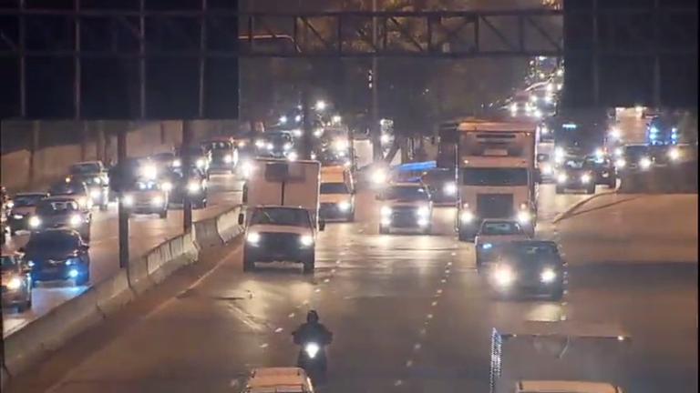 Mesmo com restrição de tráfego, caminhões continuam a circular ...