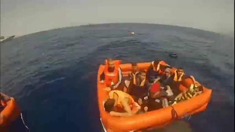 Vídeo mostra o resgate de imigrantes após naufrágio na costa da Líbia