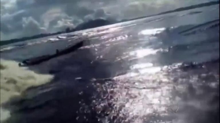 Flagra: menina desaparece após canoa ser atingida por forte onda no Amazonas