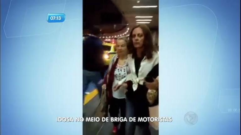 Idosa fica no meio de briga entre taxista e motorista de Uber no Rio de Janeiro