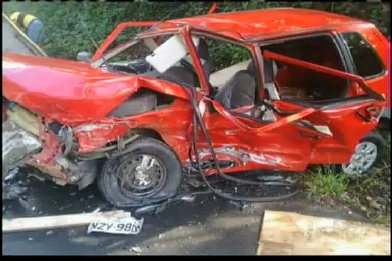 Acidente envolvendo 2 carros deixa 5 pessoas feridas
