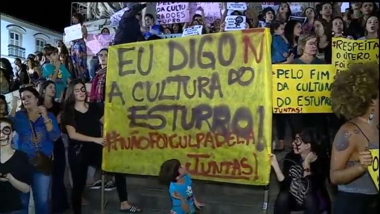 Manifestantes ocupam escadaria da Assembleia Legislativa do Rio ...