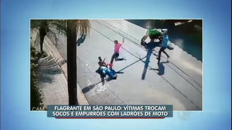 Flagra: vítimas brigam e espantam ladrões de moto em São Paulo ...
