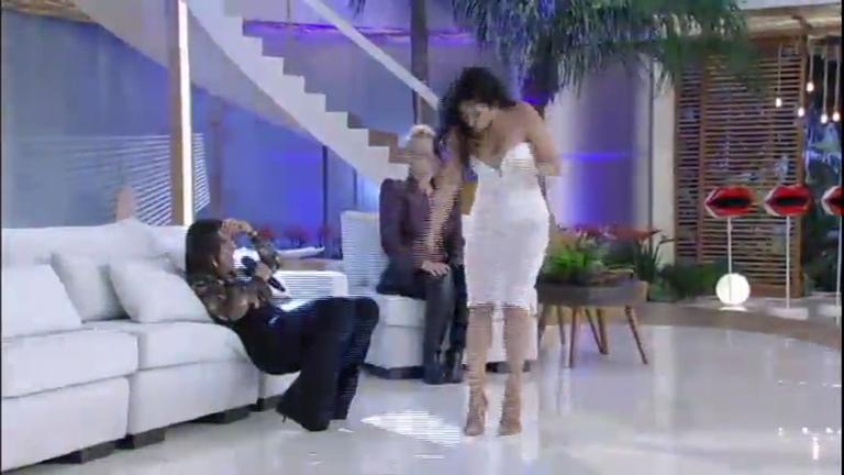Que loucura! Simaria se solta até demais ao dançar Créu no palco ...