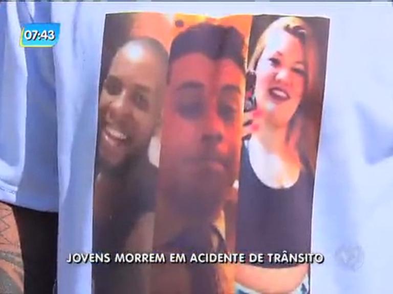 Amigos mortos em acidente de trânsito são enterrados em São Gonçalo
