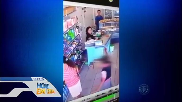 Flagra: crianças armadas assaltam padaria no Acre