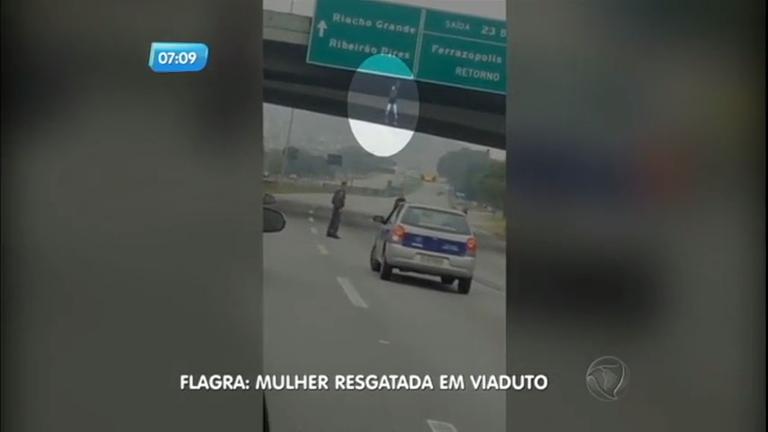 Mulher fica pendurada em placa de viaduto sobre rodovia na ...