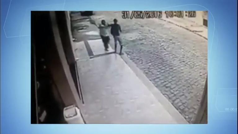 Homem reage a assalto e ataca bandidos com saco de pão ...
