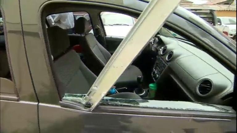 Barra de ferro despenca de janela e atinge janela de carro em ...