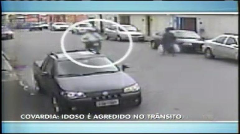 Motoqueiro parte para cima de idoso em briga de trânsito - Minas ...