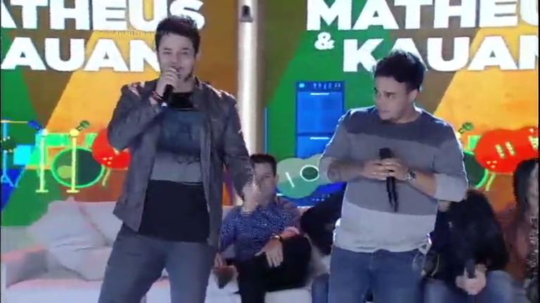Matheus e Kauan cantam novo sucesso no palco da Xuxa ...