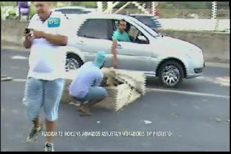 Flagrante: homens armados assustam moradores em protesto ...