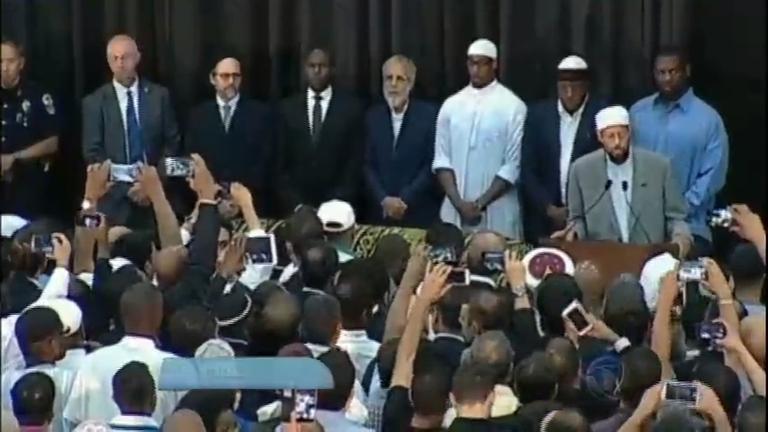 Milhares de pessoas participam do funeral do ex- boxeador ...
