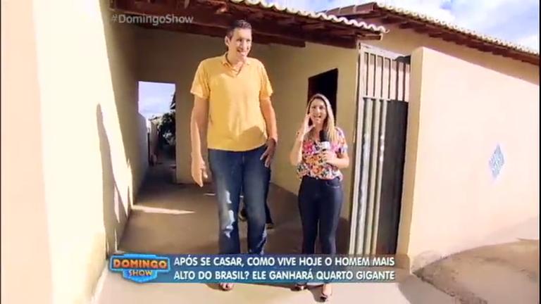 Domingo Show faz surpresa para homem mais alto do Brasil e ...
