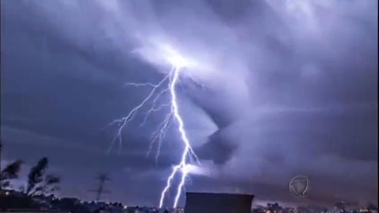 Tempestades fora de época provocam destruição e chamam ...