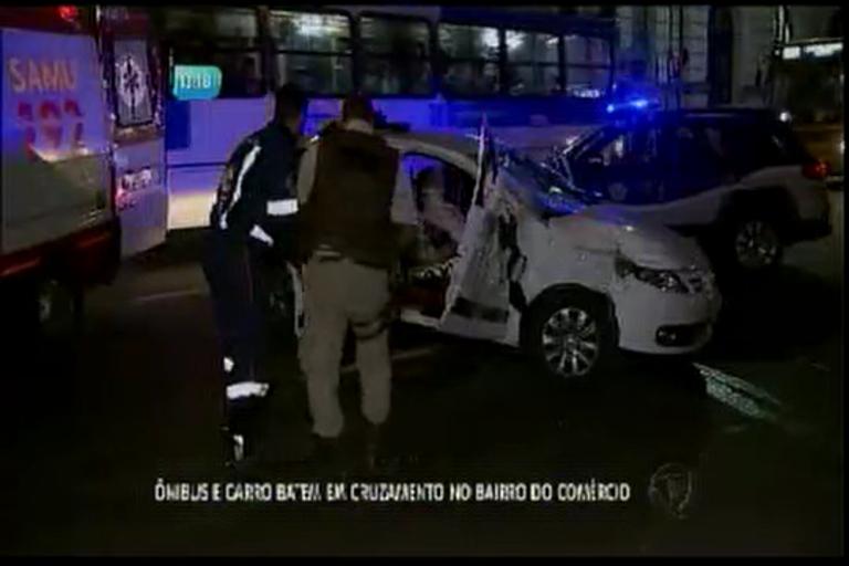 Ônibus e carro batem em cruzamento no bairro do Comércio - Bahia ...