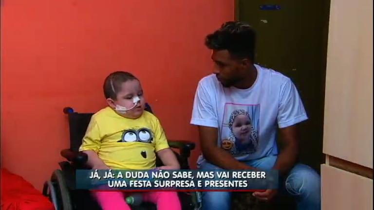 Criança com câncer raro ganha cadeira de rodas e festa surpresa ...